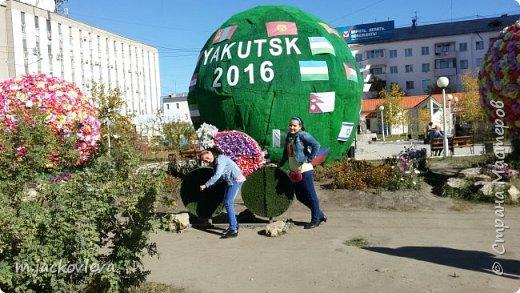 Доброго времени суток жители Страны. Хочется поделиться с вами прогулкой на день города Якутска.Погода нас нынче балует. Тепло. Это мои внучки. Младшая Катюша, старшая Лиза фото 1