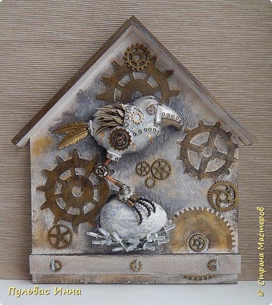 Почитала отзывы, и поняла, что надо дать описание))))Итак, эта птичка-белая ворона, по крайней мере, так задумывалось. Я люблю работать с пластикой запекаемой, и сама птичка слеплена из пластики. Яйцо из гипса, остались у меня заготовки от пасхальных яиц  http://stranamasterov.ru/node/1018797   фото 2