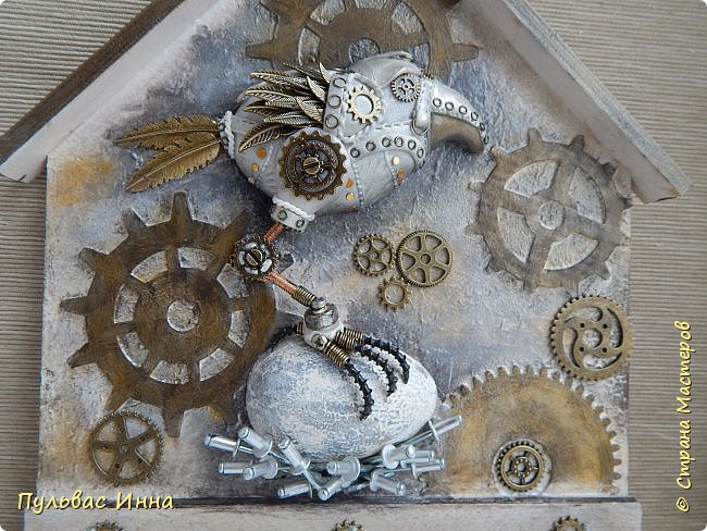 Почитала отзывы, и поняла, что надо дать описание))))Итак, эта птичка-белая ворона, по крайней мере, так задумывалось. Я люблю работать с пластикой запекаемой, и сама птичка слеплена из пластики. Яйцо из гипса, остались у меня заготовки от пасхальных яиц  http://stranamasterov.ru/node/1018797   фото 8