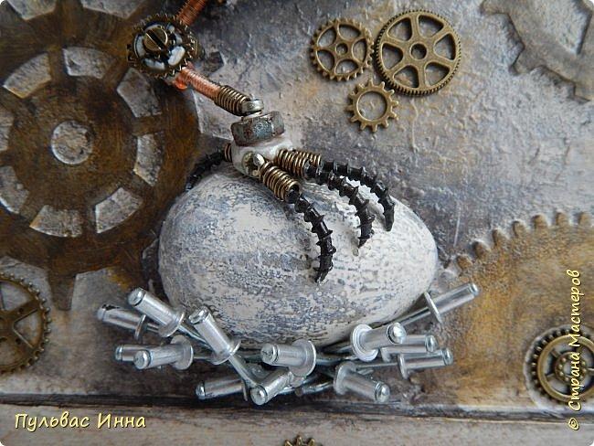 Почитала отзывы, и поняла, что надо дать описание))))Итак, эта птичка-белая ворона, по крайней мере, так задумывалось. Я люблю работать с пластикой запекаемой, и сама птичка слеплена из пластики. Яйцо из гипса, остались у меня заготовки от пасхальных яиц  http://stranamasterov.ru/node/1018797   фото 3