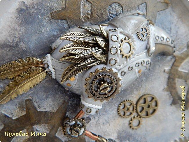 Почитала отзывы, и поняла, что надо дать описание))))Итак, эта птичка-белая ворона, по крайней мере, так задумывалось. Я люблю работать с пластикой запекаемой, и сама птичка слеплена из пластики. Яйцо из гипса, остались у меня заготовки от пасхальных яиц  http://stranamasterov.ru/node/1018797   фото 7