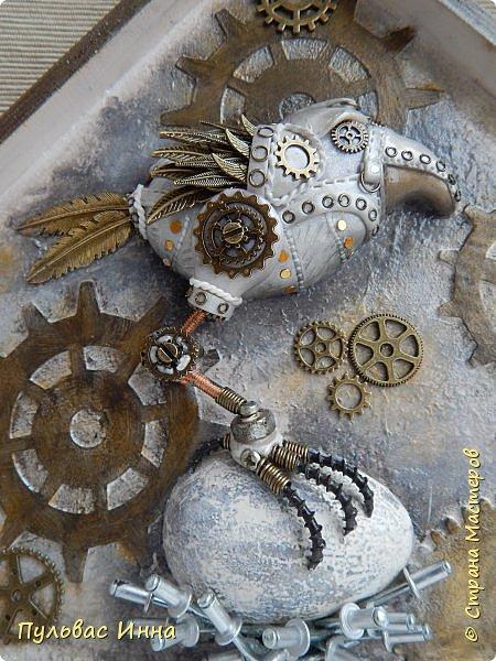 Почитала отзывы, и поняла, что надо дать описание))))Итак, эта птичка-белая ворона, по крайней мере, так задумывалось. Я люблю работать с пластикой запекаемой, и сама птичка слеплена из пластики. Яйцо из гипса, остались у меня заготовки от пасхальных яиц  http://stranamasterov.ru/node/1018797   фото 1