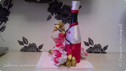 напиток, конфеты в змее и в цветах, свеча. фото 5