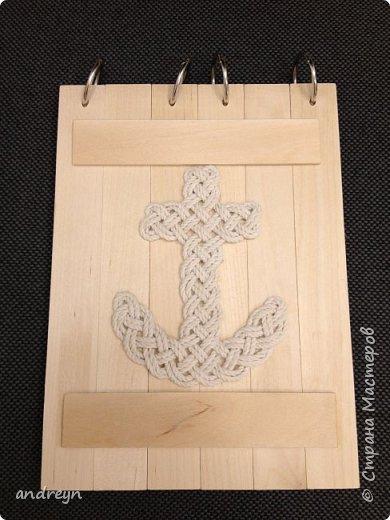 Здравствуйте.  Блокнот декорированный плетением. На работе нашлось 10 кг перфокарт.  Сделал из них блокнот на кольцах, обложки деревянные, из линеек. Ну и якорь сплел.  фото 1