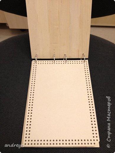Здравствуйте.  Блокнот декорированный плетением. На работе нашлось 10 кг перфокарт.  Сделал из них блокнот на кольцах, обложки деревянные, из линеек. Ну и якорь сплел.  фото 2
