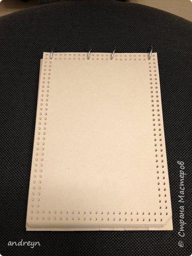 Здравствуйте.  Блокнот декорированный плетением. На работе нашлось 10 кг перфокарт.  Сделал из них блокнот на кольцах, обложки деревянные, из линеек. Ну и якорь сплел.  фото 3