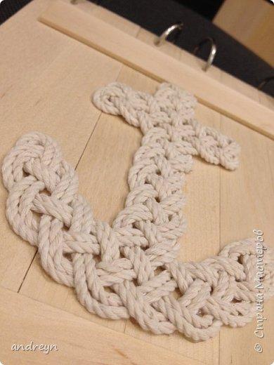 Здравствуйте.  Блокнот декорированный плетением. На работе нашлось 10 кг перфокарт.  Сделал из них блокнот на кольцах, обложки деревянные, из линеек. Ну и якорь сплел.  фото 4
