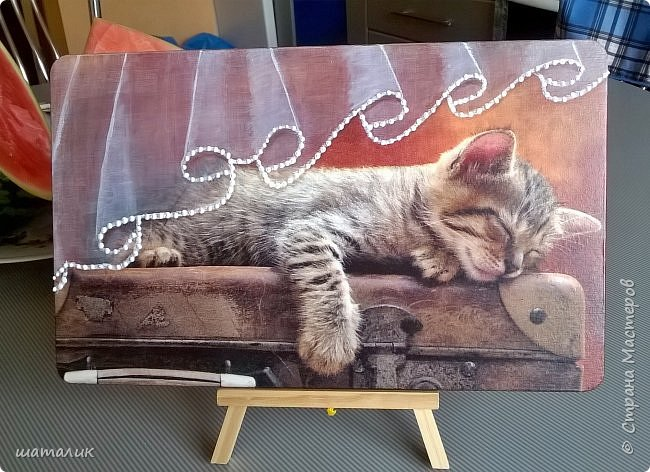 когда увидела салфетку с котёнком, спящим на чемодане-сразу влюбилась в неё!!! Очень захотела сделать из салфеточки ключницу и подарить её... фото 1