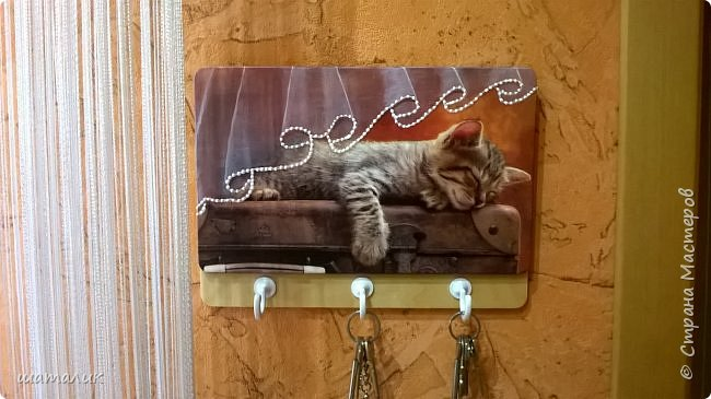 когда увидела салфетку с котёнком, спящим на чемодане-сразу влюбилась в неё!!! Очень захотела сделать из салфеточки ключницу и подарить её... фото 2