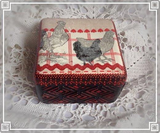 Добрый вечер!  Коробочка-шкатулочка. Бывшая старинная пластмассовая коробка красного цвета. Внутри осталась таковой. А сверху салфетка и шпатлёвка. фото 1