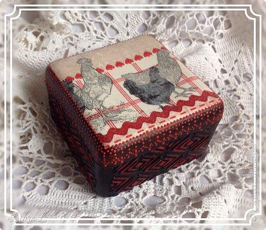 Добрый вечер!  Коробочка-шкатулочка. Бывшая старинная пластмассовая коробка красного цвета. Внутри осталась таковой. А сверху салфетка и шпатлёвка. фото 2