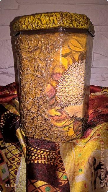 """Вот такая баночка сотворилась ко дню рождения мамы. Хотелось сделать что-то в осенних красках.  И уже подарив, поняла что сделала то в любимой маминой """"ежиной"""" теме. За основу взяла жестяную баночку от чая. А в баночку вложена вторая часть подарка - шарфик. фото 2"""