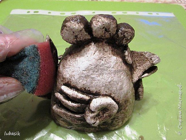 Здравствуйте, мои дорогие и любимые соседи по Стране! Когда я выложила своих петушков, многие заинтересовались процессом создания, поэтому решила подготовить МК. Таким образом родился новый Петя - Петушок . Пыталась имитировать керамику. фото 32