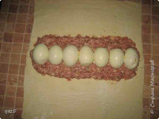 Мясной рулет с яйцом в слоеном тесте с хрустящей корочкой приводит в восторг. Приготовьте к нему легкий овощной салат и шикарный ужин готов! фото 5