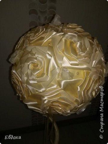 Розы я люблю сколько себя помню. Их много у меня в саду. Но грустно, смотреть как быстро они увядают,  особенно срезанные... А так хочется, что бы подаренный тобой розы, радовали долго... Свит-розочки - это, конечно красиво, но вынуть конфетки из букета не у всех аккуратно получается... и поэтому мои душевные терзания  привели меня к атласной ленте.... Что получилось из этого - Вам судить... фото 5
