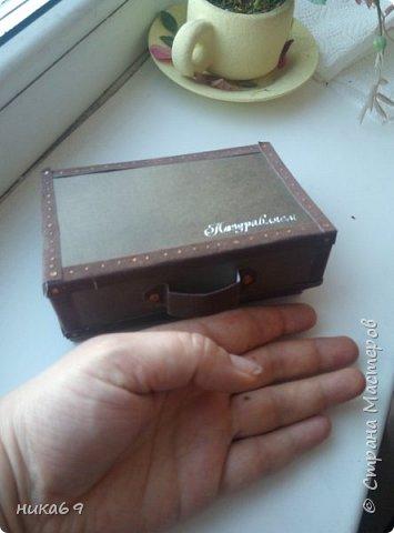 """Чемоданчик для денег в подарок... Спасибо всем мастерам, что делятся своими мастер классами и опытом  в интернете... У меня своеобразная """"солянка"""" из разных вариантов... Каркас склеила из картона, обклеила скрапбумагой , а уголки и сгибы бархатной бумагой... фото 1"""