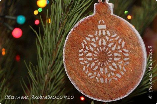 Подвески на елку - салфетка, краски, лак, структурная паста, трафарет, снег - манка и акриловая белая краска фото 3