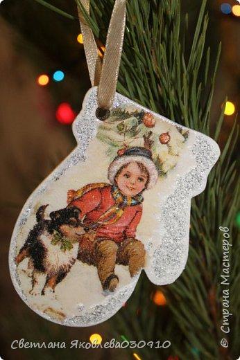 Подвески на елку - салфетка, краски, лак, структурная паста, трафарет, снег - манка и акриловая белая краска фото 5