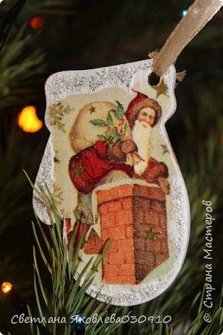 Подвески на елку - салфетка, краски, лак, структурная паста, трафарет, снег - манка и акриловая белая краска фото 6