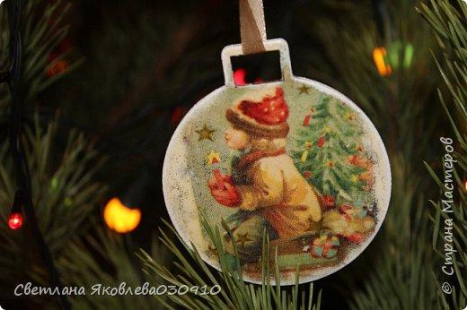 Подвески на елку - салфетка, краски, лак, структурная паста, трафарет, снег - манка и акриловая белая краска фото 8