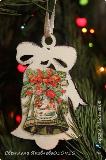 Подвески на елку - салфетка, краски, лак, структурная паста, трафарет, снег - манка и акриловая белая краска фото 9