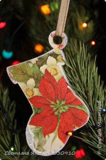 Подвески на елку - салфетка, краски, лак, структурная паста, трафарет, снег - манка и акриловая белая краска фото 11