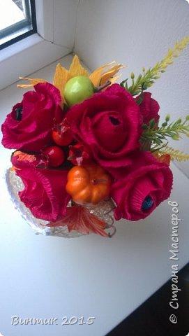 Добрый день всем заглянувшим! Хочу поделиться с вами своей новой работой. Это конфетница, выполненная из ниток. В качестве декора: розы с конфетками и осенняя атрибутика.  Вот такой тематический презент получился.  фото 4