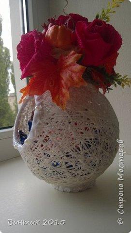 Добрый день всем заглянувшим! Хочу поделиться с вами своей новой работой. Это конфетница, выполненная из ниток. В качестве декора: розы с конфетками и осенняя атрибутика.  Вот такой тематический презент получился.  фото 1