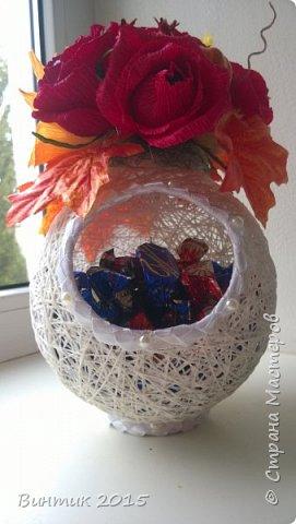 Добрый день всем заглянувшим! Хочу поделиться с вами своей новой работой. Это конфетница, выполненная из ниток. В качестве декора: розы с конфетками и осенняя атрибутика.  Вот такой тематический презент получился.  фото 2