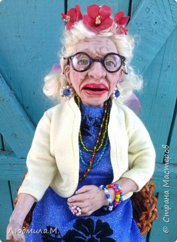 Приветствую жителей волшебной Страны мастеров!  Я сегодня привела сюда ещё одну свою каркасную куколку, которую сделала  этим летом по картинке, случайно увиденной в интернете. Внешность этой пожилой дамы показалась мне очень интересной. Захотелось поселить её у себя дома. Так что я ничего не придумывала - ни имя, ни образ. Моя задача была простая - скопировать то, что вижу. поупражняться в лепке куклопортрета. Что получилось - выношу на ваш суд.  фото 7
