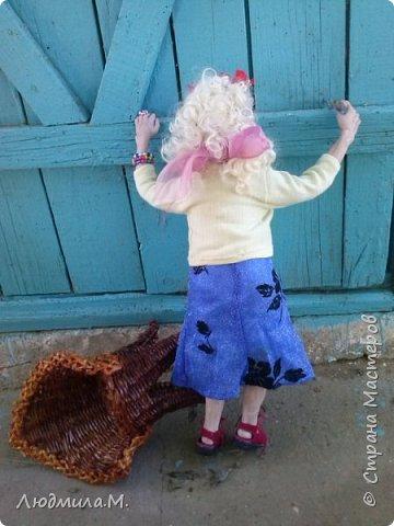 Приветствую жителей волшебной Страны мастеров!  Я сегодня привела сюда ещё одну свою каркасную куколку, которую сделала  этим летом по картинке, случайно увиденной в интернете. Внешность этой пожилой дамы показалась мне очень интересной. Захотелось поселить её у себя дома. Так что я ничего не придумывала - ни имя, ни образ. Моя задача была простая - скопировать то, что вижу. поупражняться в лепке куклопортрета. Что получилось - выношу на ваш суд.  фото 11