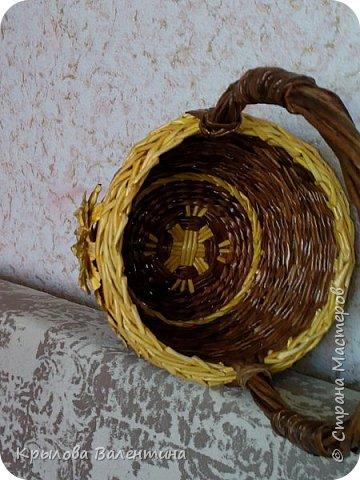 Вот такая корзиночка получилась , цветок из акварельной бумаги, трубочки окрашены морилками мокко и лиственница. размеры высота с ручкой 30см, диаметр 18 см фото 2