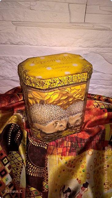 """Вот такая баночка сотворилась ко дню рождения мамы. Хотелось сделать что-то в осенних красках.  И уже подарив, поняла что сделала то в любимой маминой """"ежиной"""" теме. За основу взяла жестяную баночку от чая. А в баночку вложена вторая часть подарка - шарфик. фото 4"""