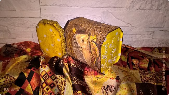 """Вот такая баночка сотворилась ко дню рождения мамы. Хотелось сделать что-то в осенних красках.  И уже подарив, поняла что сделала то в любимой маминой """"ежиной"""" теме. За основу взяла жестяную баночку от чая. А в баночку вложена вторая часть подарка - шарфик. фото 5"""