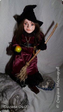 """Очень добрая ведьмочка поднимет настроение новой хозяйке в любое время суток, даст гарбуза неприятностям и выметет скуку из сердца. Сидит с опорой, одежда не снимается, может лететь на метле"""". Кукла выполнена в смешанной технике. В основе шарнирный каркас, который делает куклу гибкой и пластичной.Сапожки слеплены и покрашены акриловой краской. Тело мягкое, ручки/ножки подвижны сгибаются. Пальчики тоже сгибаются. Рост около 40см.     фото 4"""