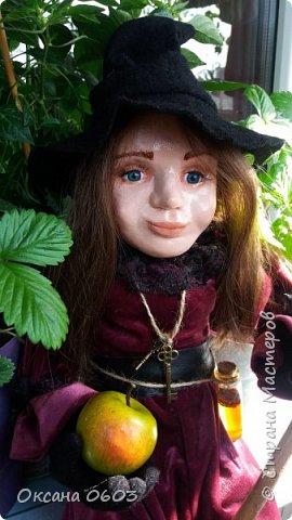"""Очень добрая ведьмочка поднимет настроение новой хозяйке в любое время суток, даст гарбуза неприятностям и выметет скуку из сердца. Сидит с опорой, одежда не снимается, может лететь на метле"""". Кукла выполнена в смешанной технике. В основе шарнирный каркас, который делает куклу гибкой и пластичной.Сапожки слеплены и покрашены акриловой краской. Тело мягкое, ручки/ножки подвижны сгибаются. Пальчики тоже сгибаются. Рост около 40см.     фото 1"""