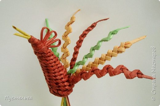 """Ещё один петушок к Новому году для любителей спирального плетения и плетения из соломки. В работе используются: газетная бумага, спицы, ножницы, плей ПВА, для окрашивания трубочек - водные морилки """"Красное дерево"""", """"Лиственница"""", зелёный колер с грунтовкой. фото 9"""