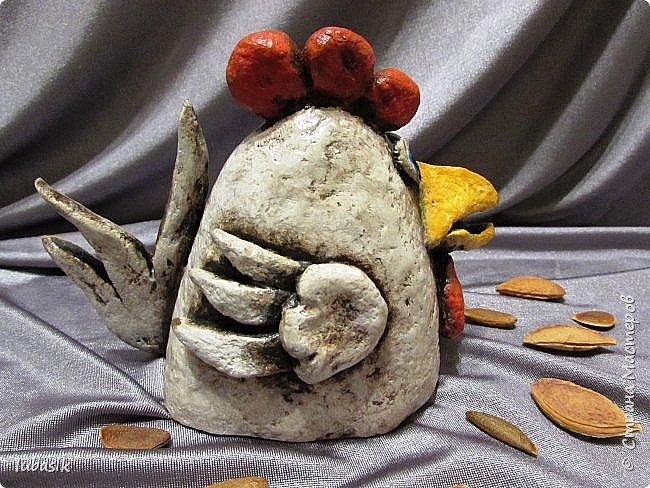 Здравствуйте, мои дорогие и любимые соседи по Стране! Когда я выложила своих петушков, многие заинтересовались процессом создания, поэтому решила подготовить МК. Таким образом родился новый Петя - Петушок . Пыталась имитировать керамику. фото 37