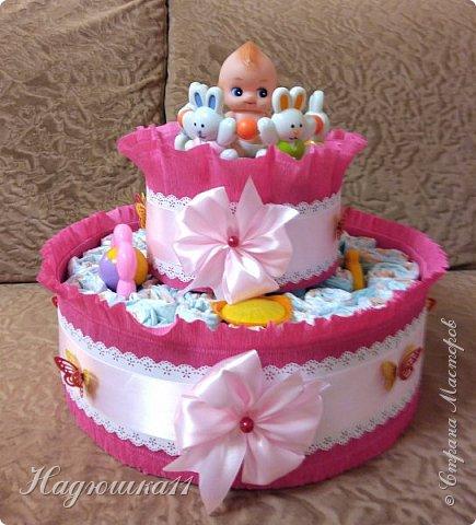 Хорошей девушке в честь рождения её долгожданной дочери сделала вот такой тортик из памперсов и открыточку. фото 5