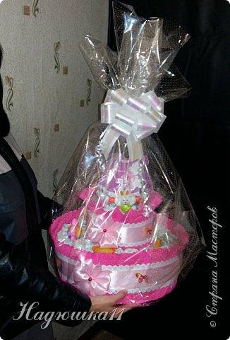Хорошей девушке в честь рождения её долгожданной дочери сделала вот такой тортик из памперсов и открыточку. фото 8