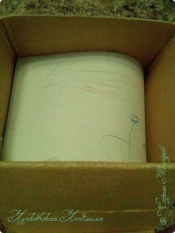 """Стиральная машинка для куклы, а так же можно использовать для игры """" Найди пару"""". Моя дочка в восторге. Идея не моя, подсмотрена на просторах интернета, кто автор к сожалению не знаю))) Но спасибо ему за идею. Для стиральной машинке понадобится: 1. коробка 2. бумага или обои, картон 3. клей ПВА,, титан 4. фольга 5. пробка, бусины фото 6"""