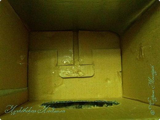 """Стиральная машинка для куклы, а так же можно использовать для игры """" Найди пару"""". Моя дочка в восторге. Идея не моя, подсмотрена на просторах интернета, кто автор к сожалению не знаю))) Но спасибо ему за идею. Для стиральной машинке понадобится: 1. коробка 2. бумага или обои, картон 3. клей ПВА,, титан 4. фольга 5. пробка, бусины фото 17"""