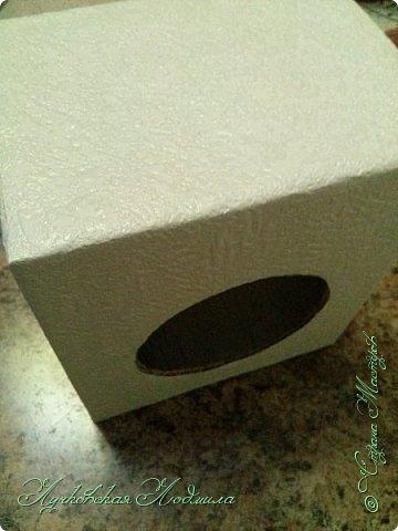 """Стиральная машинка для куклы, а так же можно использовать для игры """" Найди пару"""". Моя дочка в восторге. Идея не моя, подсмотрена на просторах интернета, кто автор к сожалению не знаю))) Но спасибо ему за идею. Для стиральной машинке понадобится: 1. коробка 2. бумага или обои, картон 3. клей ПВА,, титан 4. фольга 5. пробка, бусины фото 27"""