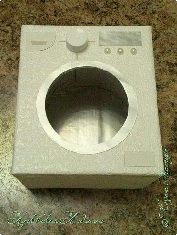 """Стиральная машинка для куклы, а так же можно использовать для игры """" Найди пару"""". Моя дочка в восторге. Идея не моя, подсмотрена на просторах интернета, кто автор к сожалению не знаю))) Но спасибо ему за идею. Для стиральной машинке понадобится: 1. коробка 2. бумага или обои, картон 3. клей ПВА,, титан 4. фольга 5. пробка, бусины фото 31"""