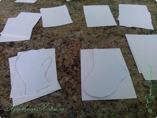 """Стиральная машинка для куклы, а так же можно использовать для игры """" Найди пару"""". Моя дочка в восторге. Идея не моя, подсмотрена на просторах интернета, кто автор к сожалению не знаю))) Но спасибо ему за идею. Для стиральной машинке понадобится: 1. коробка 2. бумага или обои, картон 3. клей ПВА,, титан 4. фольга 5. пробка, бусины фото 34"""