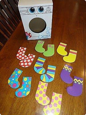 """Стиральная машинка для куклы, а так же можно использовать для игры """" Найди пару"""". Моя дочка в восторге. Идея не моя, подсмотрена на просторах интернета, кто автор к сожалению не знаю))) Но спасибо ему за идею. Для стиральной машинке понадобится: 1. коробка 2. бумага или обои, картон 3. клей ПВА,, титан 4. фольга 5. пробка, бусины фото 46"""