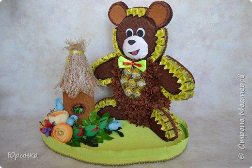 """Юбиляр очень любит конфеты """"Коровка"""", поэтому была поставлена задача сделать мишку из этих конфеток. Вот какой Миша получился. В улии тоже """"Коровка"""". фото 1"""