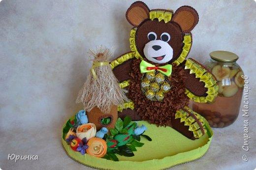 """Юбиляр очень любит конфеты """"Коровка"""", поэтому была поставлена задача сделать мишку из этих конфеток. Вот какой Миша получился. В улии тоже """"Коровка"""". фото 4"""