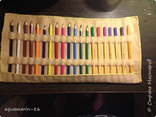 Очень скоро я поеду в отпуск)))Ехать придется 2-е суток на поезде, и что бы скоротать время я возьму с собой раскраски антистресс и блокнот для рисования. Соответсвенно встал вопрос в чем везти цветные карандаши и капилярные ручки...И я сделала пенал свиток из фетра. фото 2