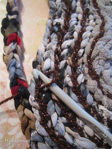 Доброго Всем времечка!!!!! Дорогие мои друзья я освоила плетение ковриков и решила поделиться тем чему сама научилась. Лето прошло и в каждом доме есть вещи которые пойдут на выброс или ветошь. Но мы с Вами как приличные тряпичницы всё в прок и с пользой. И так начну с самого начала перебирая вещи выбрала все водолазки, блузки, майки..... из трикотажа и приступила к изготовлению пряжи   фото 21